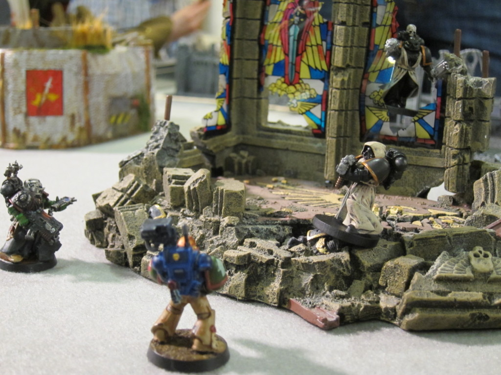Fallen and Kingbreakers have a standoff in a ruined Imperial chapel.